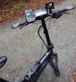 Ein E-Bike, an das eine Kamera montiert wurde.